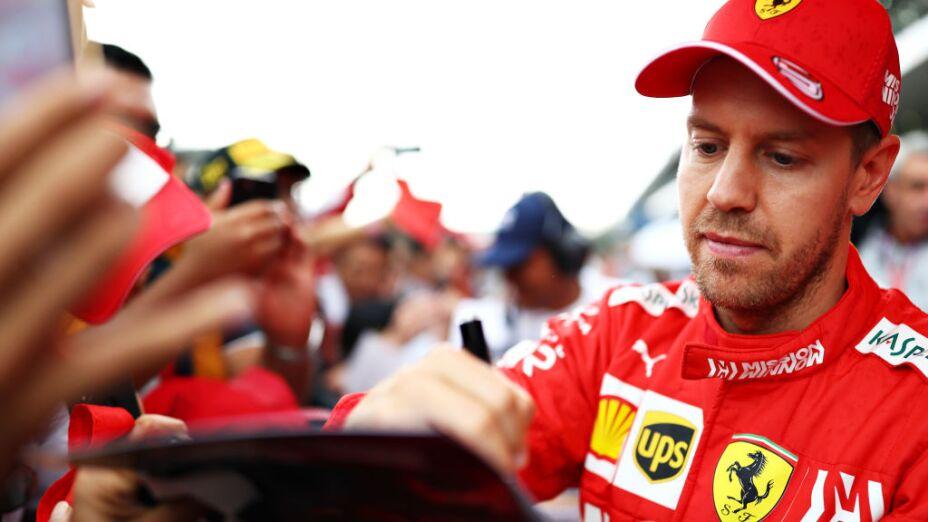 Sebastian Vettel regalando firmas