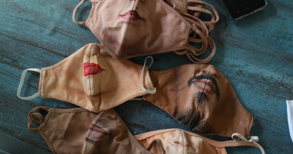 Artista brasileño pinta cubrebocas para quienes quieren mostrar su rostro