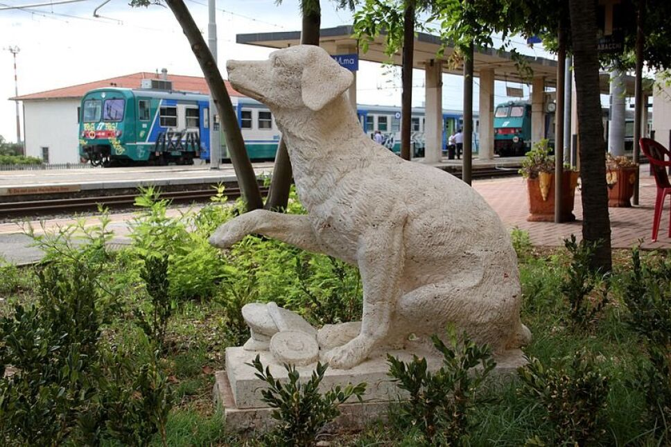 Estatua de Lampo, el perrito viajero.jpg