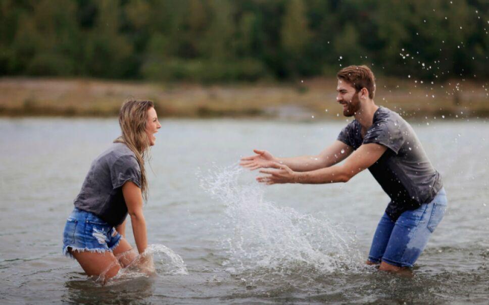 pareja en el agua