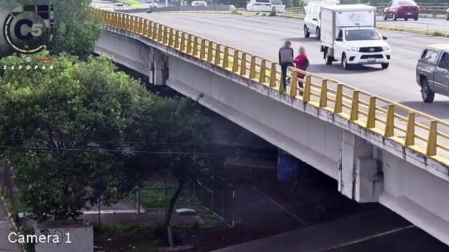 El sujeto estaba sentado en las barreras de un puente vehicular