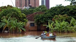Foto de archivo ilustrativa de habitantes de la ciudad de Unai, en el estado de Minas Gerais, tras una inundación