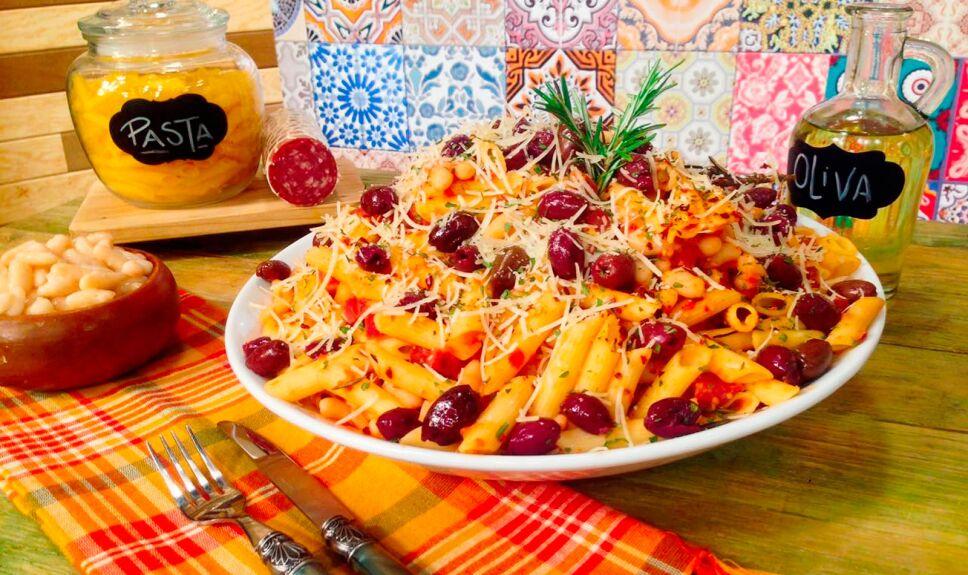 Penne con salami, frijol y aceitunas en salsa de tomate