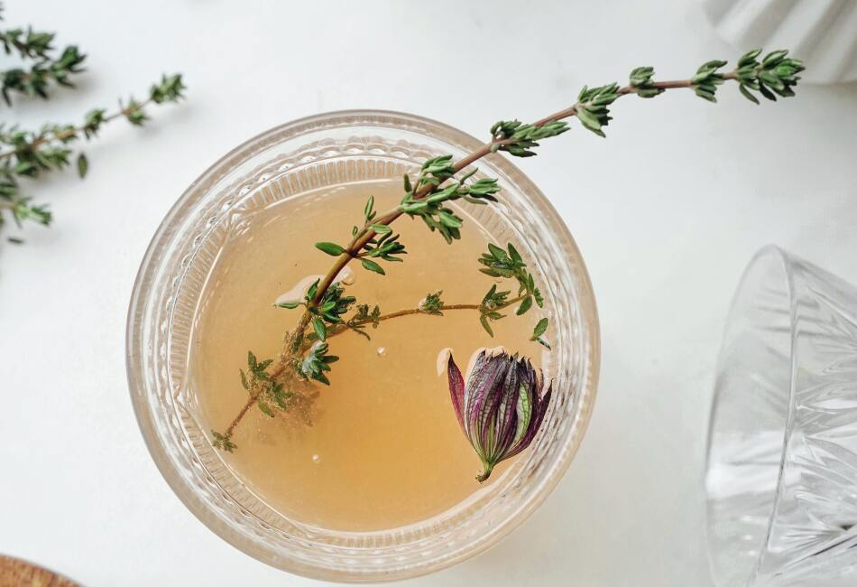 Té blanco. Este té combinado con pétalos de rosa ayudaría a cargar de energía por las mañanas. También mejora el estado de ánimo y te mantiene activo por más tiempo.
