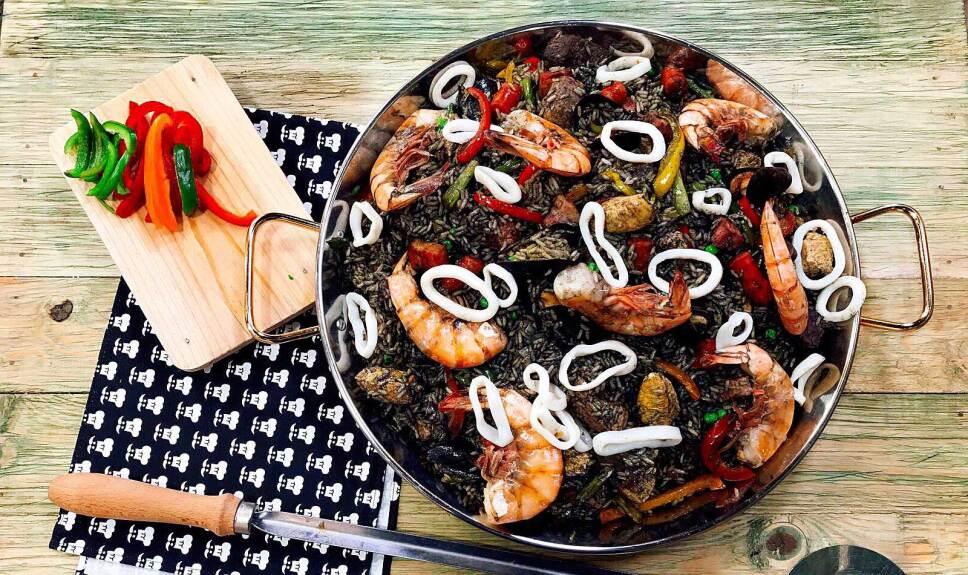 Receta Paella negra Cocineros Mexicanos