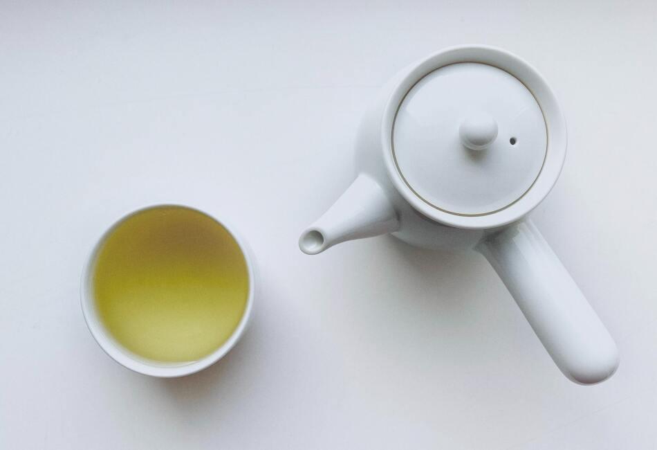 Protege al cerebro. Los efectos contra el envejecimiento de este té no solo afectarían a la piel, sino también al cerebro; ya que el té verde ayudaría a mantener a nuestro cerebro joven y alejado de enfermedades como Alzhéimer y Párkinson.