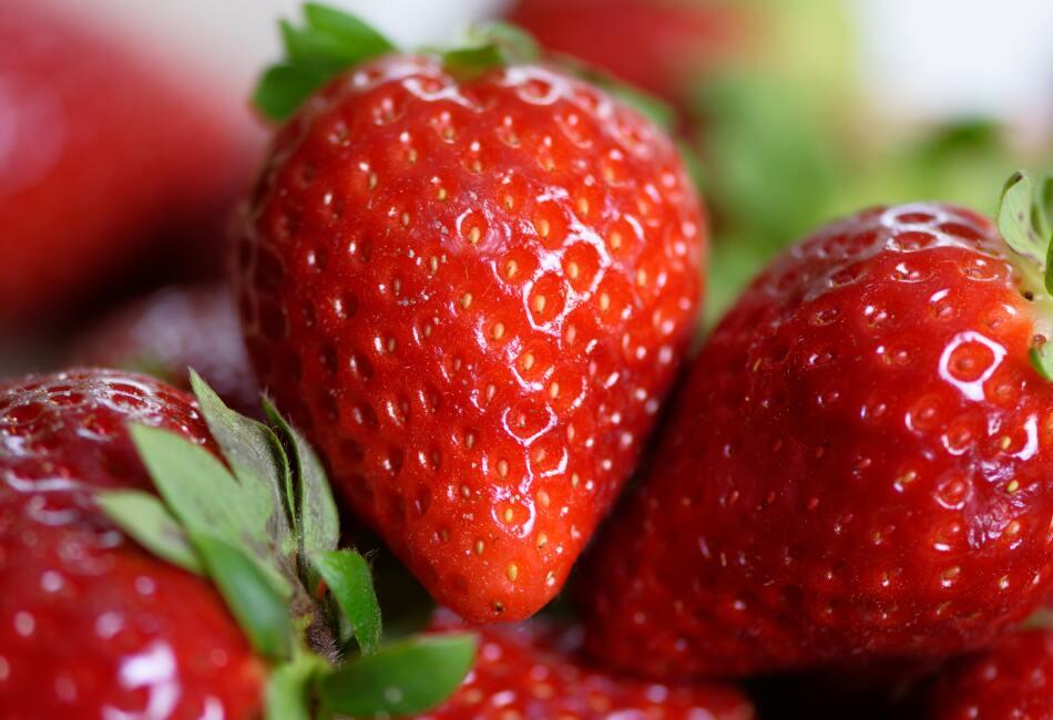 Las fresas contienen flavonoides, que ayudan a dilatar las arterias y previenen enfermedades del corazón.