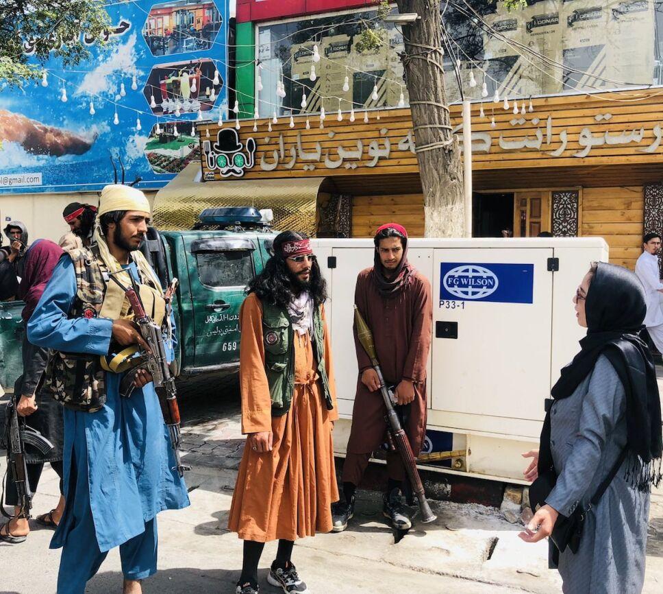 feminismo-islamico-lucha-mujeres-en-afganistan-mujer-entrevistando-a-talibanes