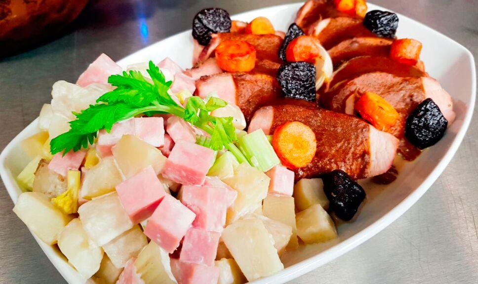 Lomo de cerdo en salsa de ciruela con ensalada fría de papa con cebolla