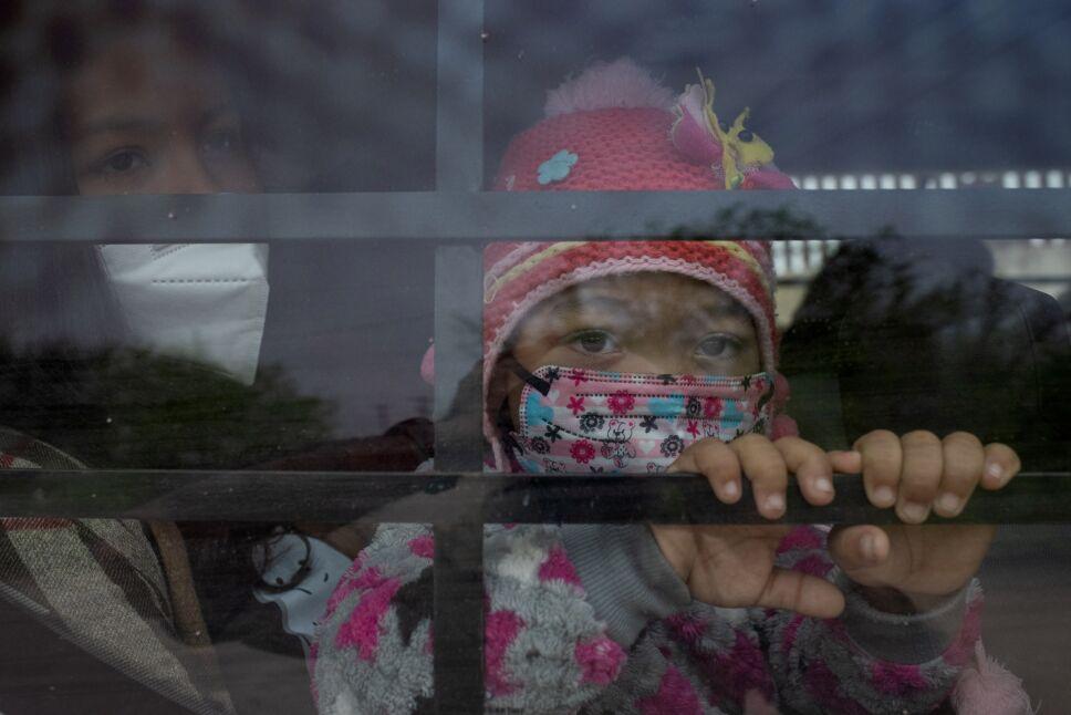 Miles de niños inmigrantes se encuentran detenidos en la frontera entre México y EU