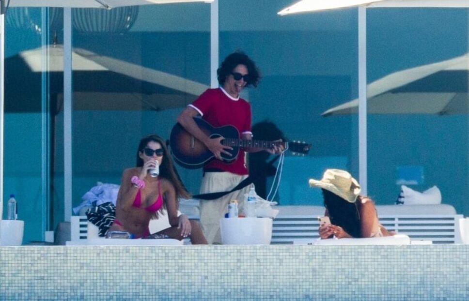 eiza timothee guitarra.jpeg