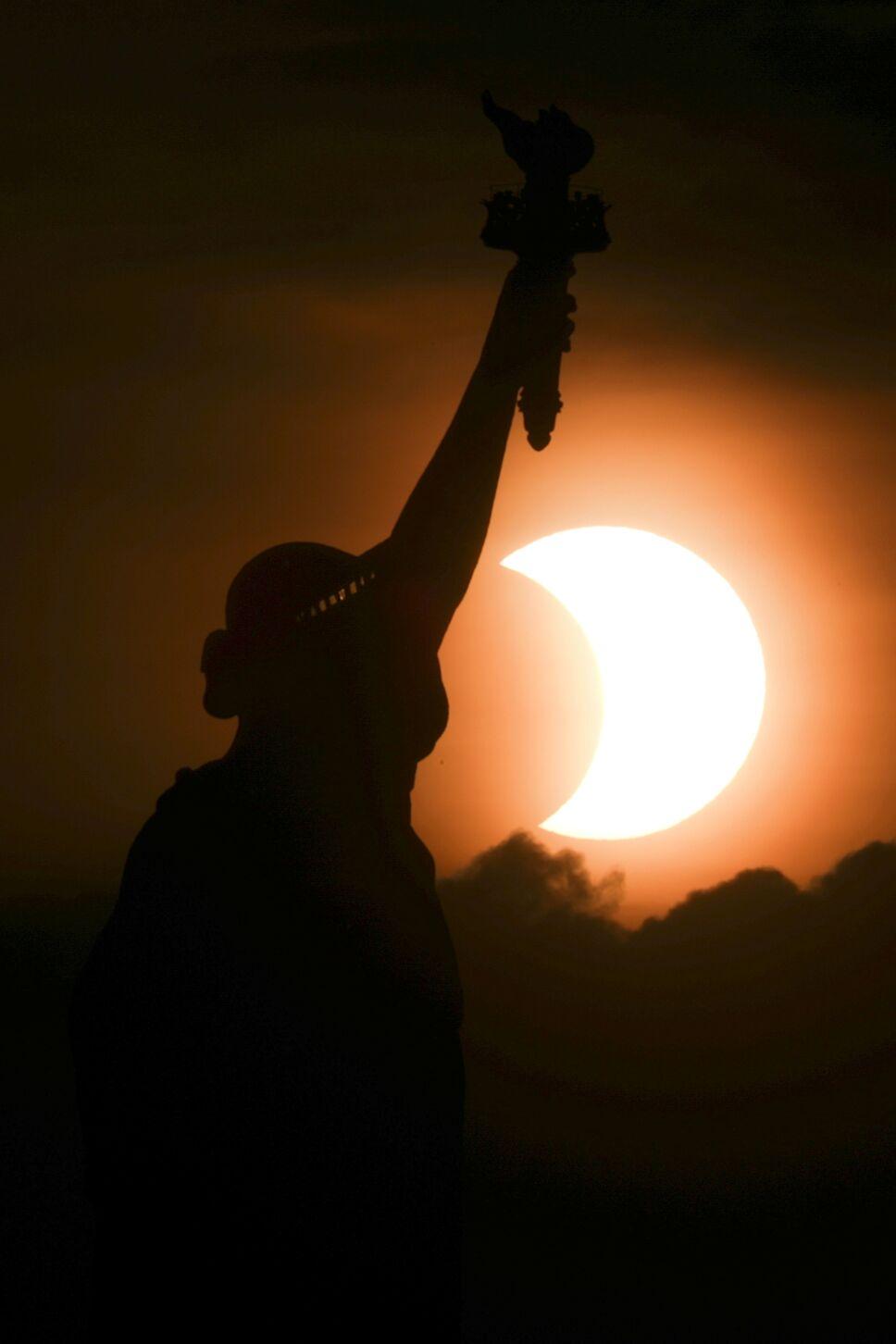 Eclipse solar parcial en la Ciudad de Nueva York     REUTERS / Bjoern Kils