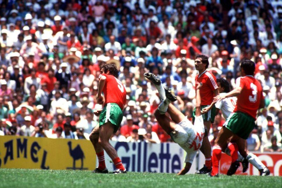 Manuel Negrete anotó uno de los goles más memorables en la historia de los mundiales.