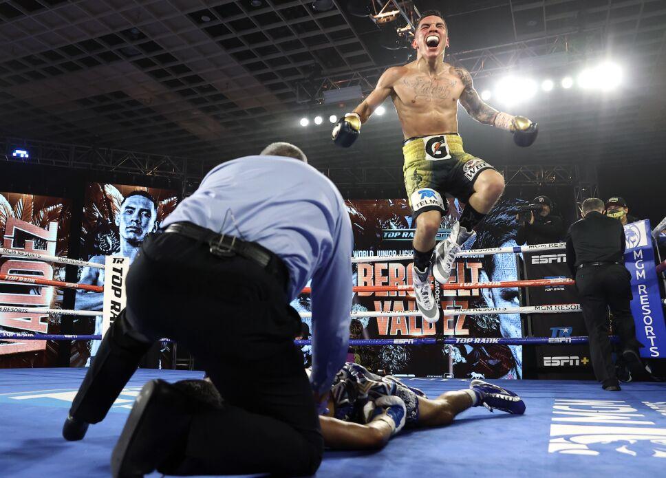 Óscar Valdez celebra su KO sobre Alacrán Berchelt