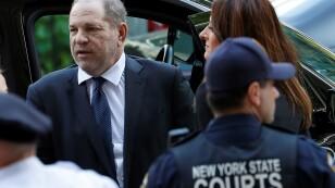 Foto de archivo. El productor de cine Harvey Weinstein y su equipo jurídico llegan a la Corte Criminal de Manhattan para una audiencia en el caso que lo involucra en presuntas violaciones, en Nueva York, EEUU.