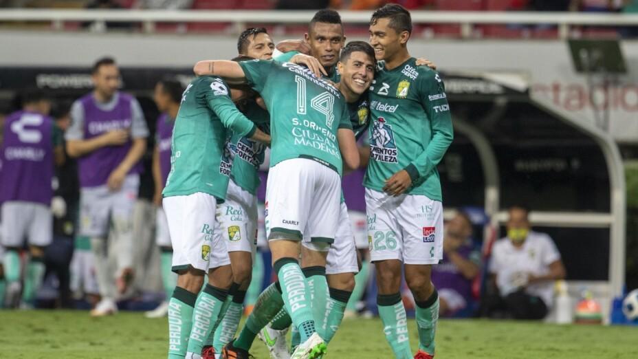 Jugadores del León celebran contra Chivas