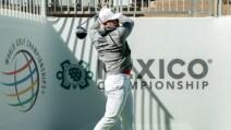 Canelo Álvarez jugando golf