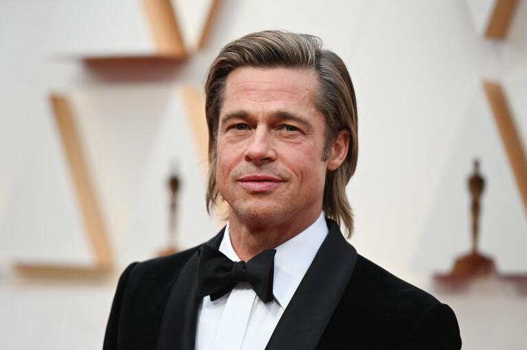Captan a Brad Pitt en silla de ruedas