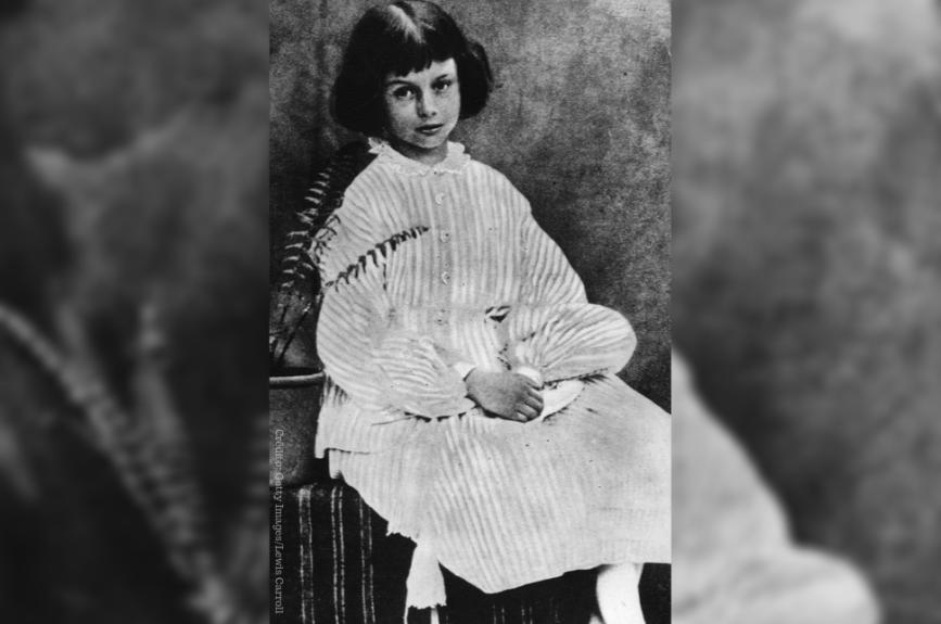 """En el año de 1865, Lewis Carroll escribió su muy famosa obra literaria conocida como """"Las aventuras de Alicia en el País de las Maravillas"""". Aquel maravilloso país que se describe fue creado a través de juegos con la lógica."""