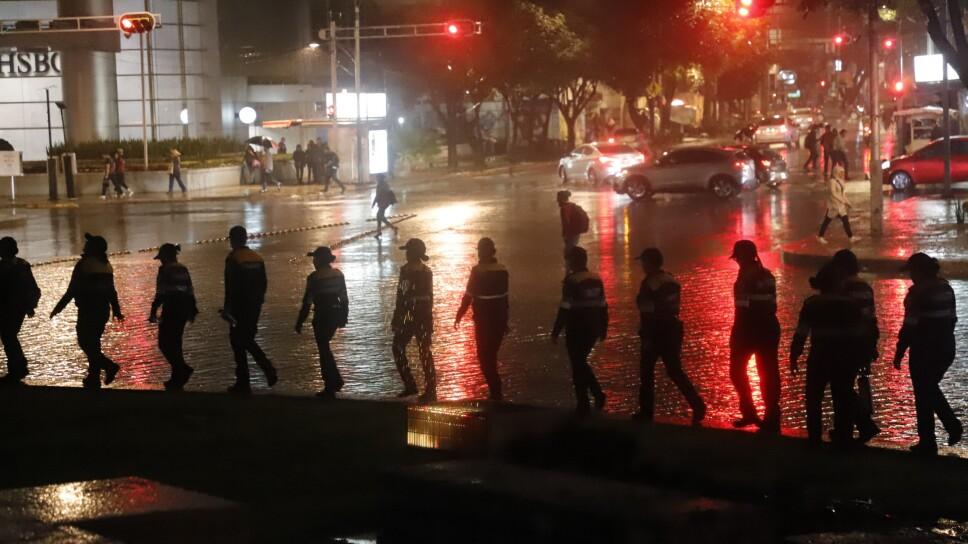 Ni la lluvia detiene a las manifestaciones