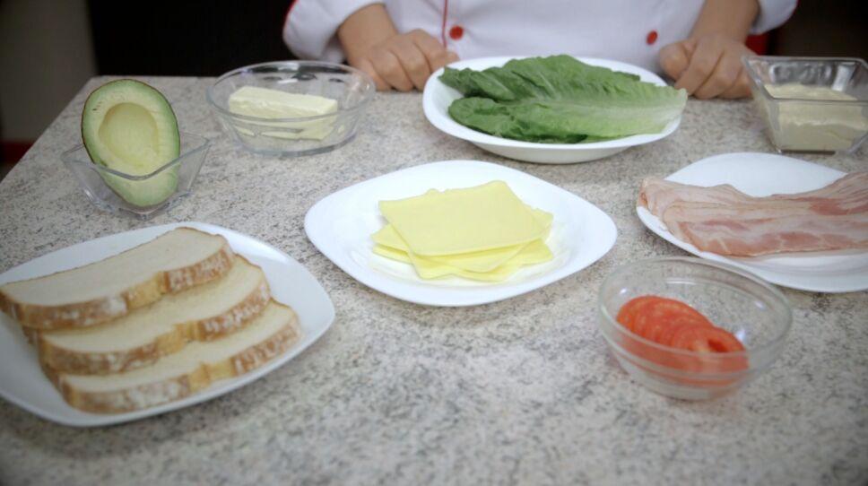 Ingredientes para receta de club sándwich de pollo