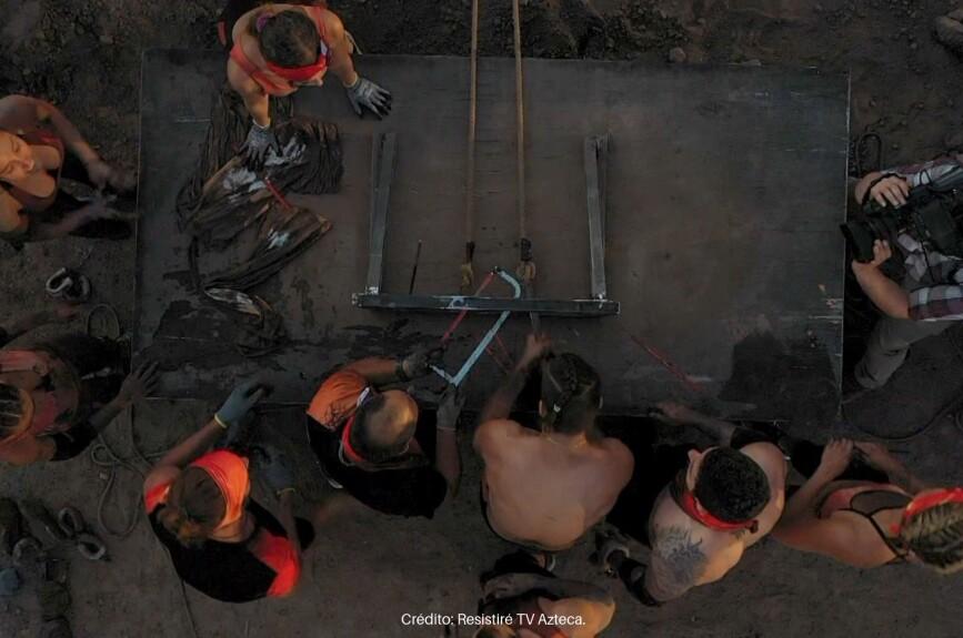 En la fase final del encuentro, los equipos luchan al parejo por el triunfo.