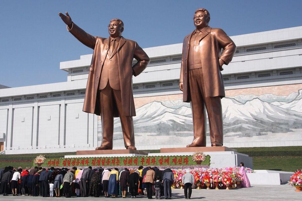estatua kim il sung y jim jong il colina mansu