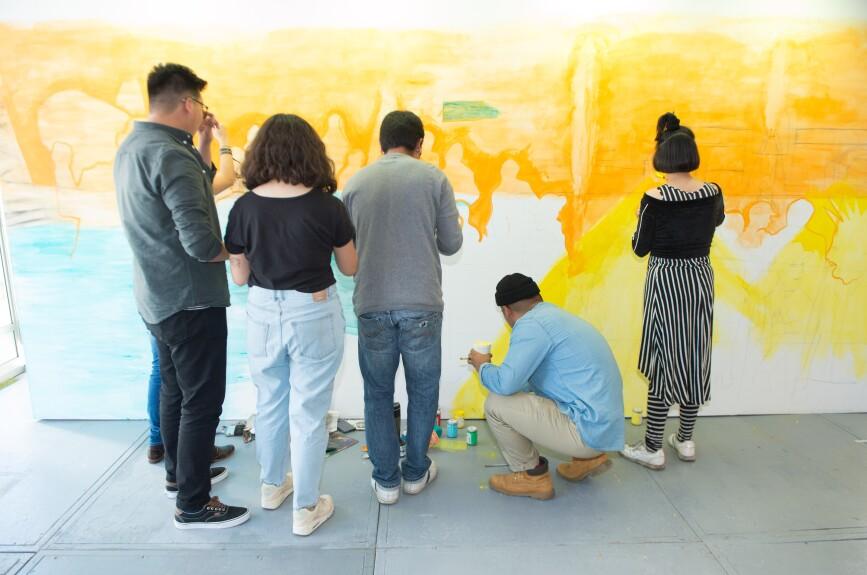 Como parte de la feria un grupo de artistas emergentes hicieron un mural