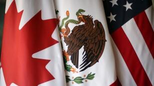 FOTO DE ARCHIVO: Se muestran banderas durante la quinta ronda de conversaciones de para renovar el TLCAN que involucran a Estados Unidos, México y Canadá, en Ciudad de México