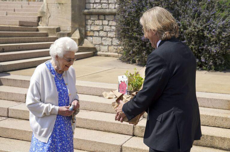 La reina recuerda al príncipe Felipe en su cumpleaños 100 con una rosa especial