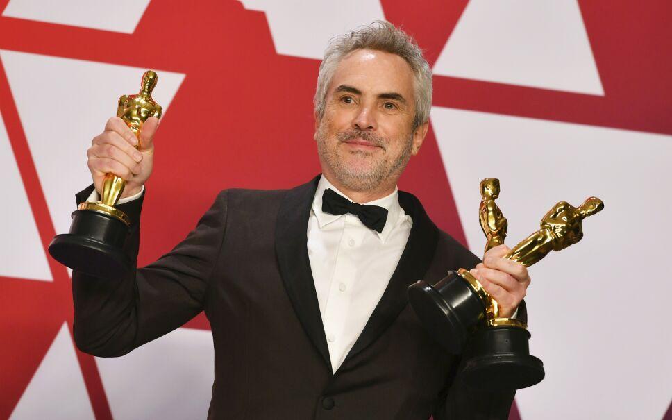"""Alfonso Cuarón posa tras ganar los premios Oscar a la mejor cinta en lengua extranjera, dirección y cinematografía por """"Roma"""", el domingo 24 de febrero del 2019 en el Teatro Dolby en Los Angeles. La película encabezó el jueves 21 de marzo las no"""