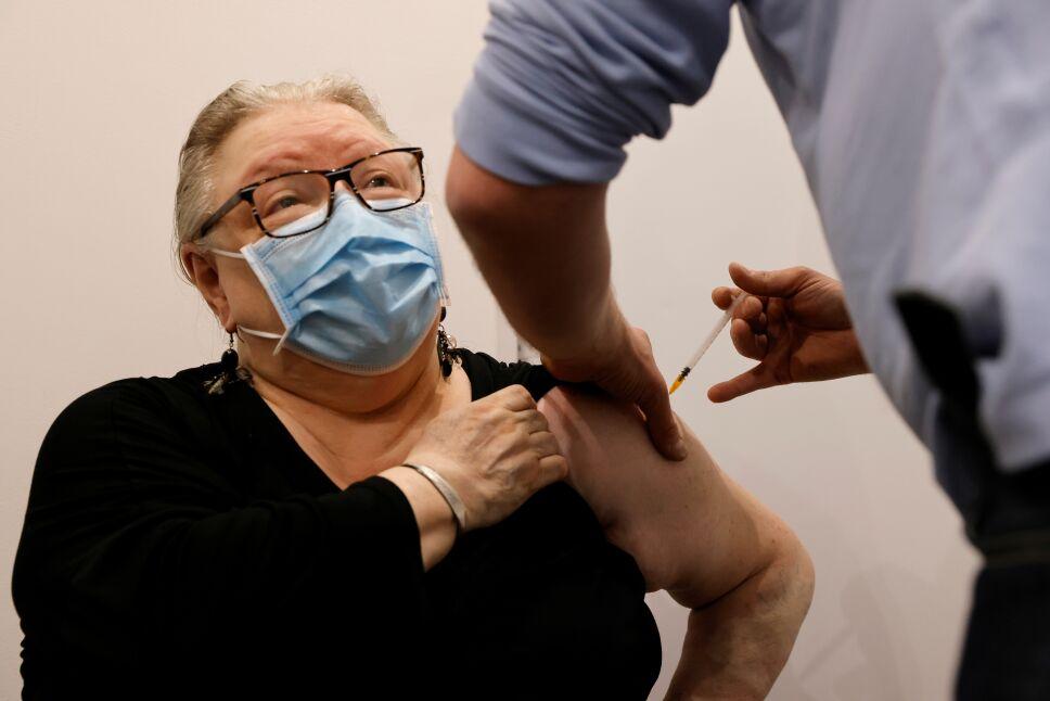 Experimentar algún efecto secundario leve tras recibir la vacuna contra COVID-19 es normal.