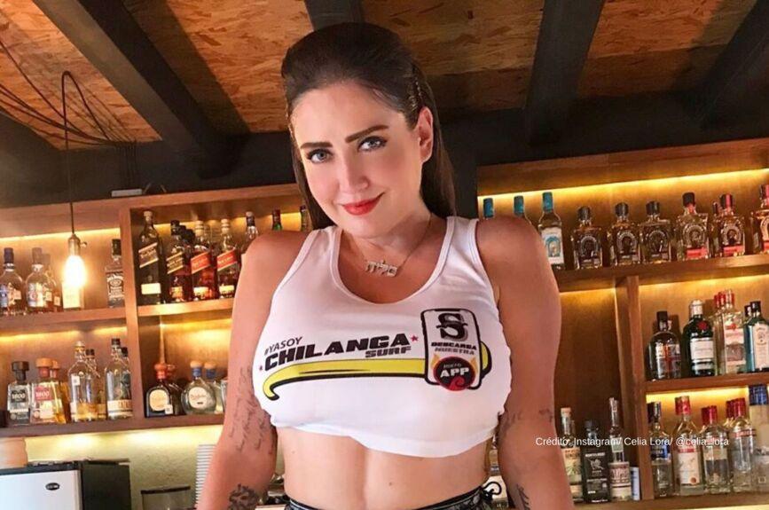 Celia Lora posa en la playa desde Acapulco