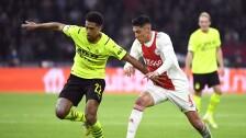 Edson Álvarez disputa el balón con el Ajax, en la Champions League.