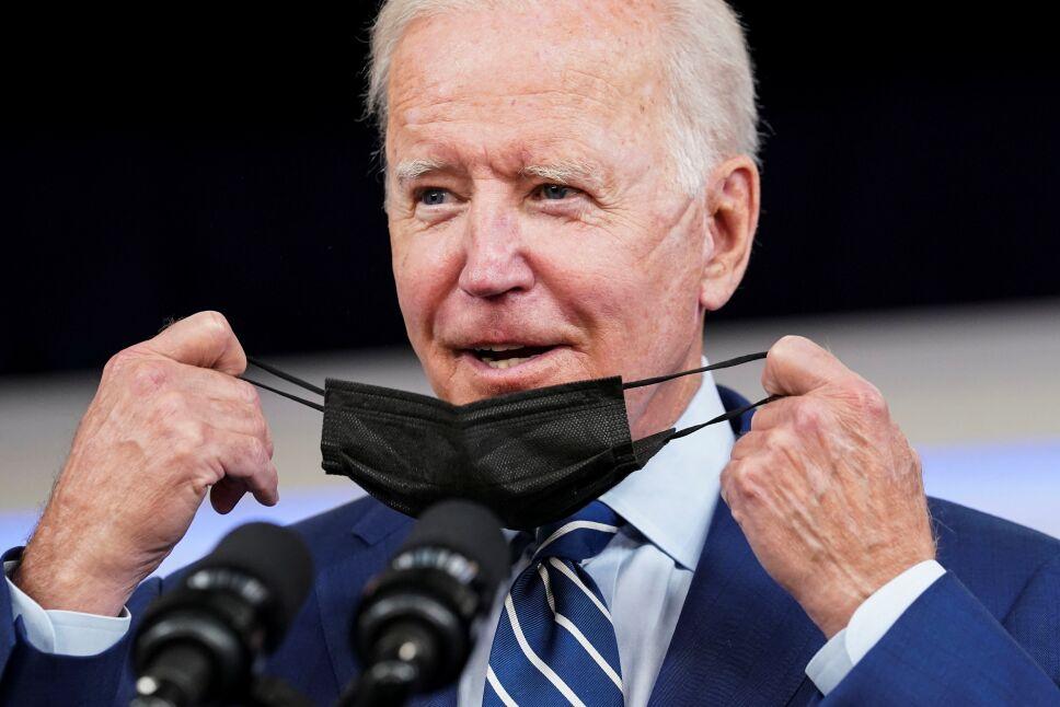 Joe Biden se aplica vacuna Pfizer de refuerzo contra COVID.