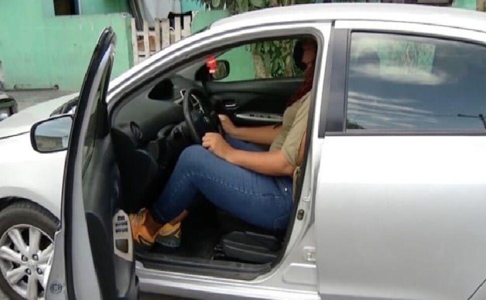 Cristina transporta pasajeros en su auto para obtener ingresos para sus estudios médicos.jpg