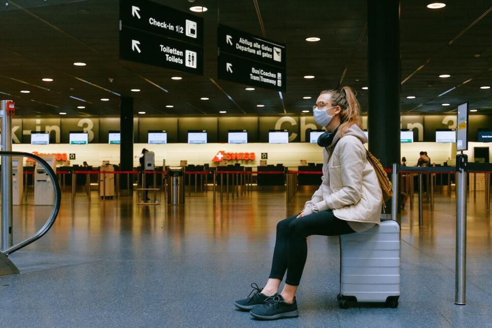mujer en aeropuerto con cubrebocas