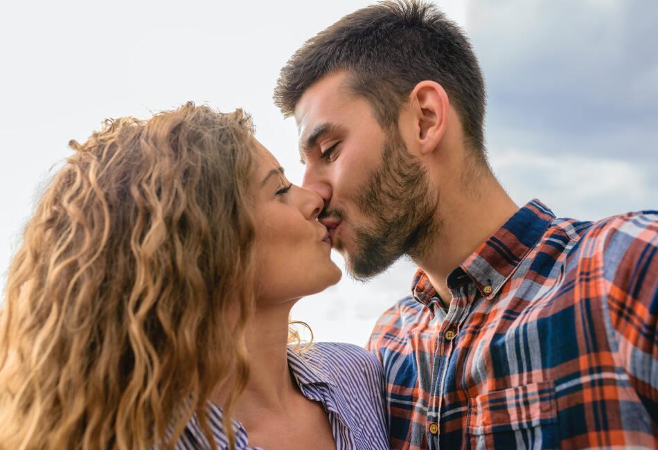 Reduce el dolor. Si te pegaste en el dedo chiquito del pie y no puede calmar el dolor, entonces besa a tu pareja.