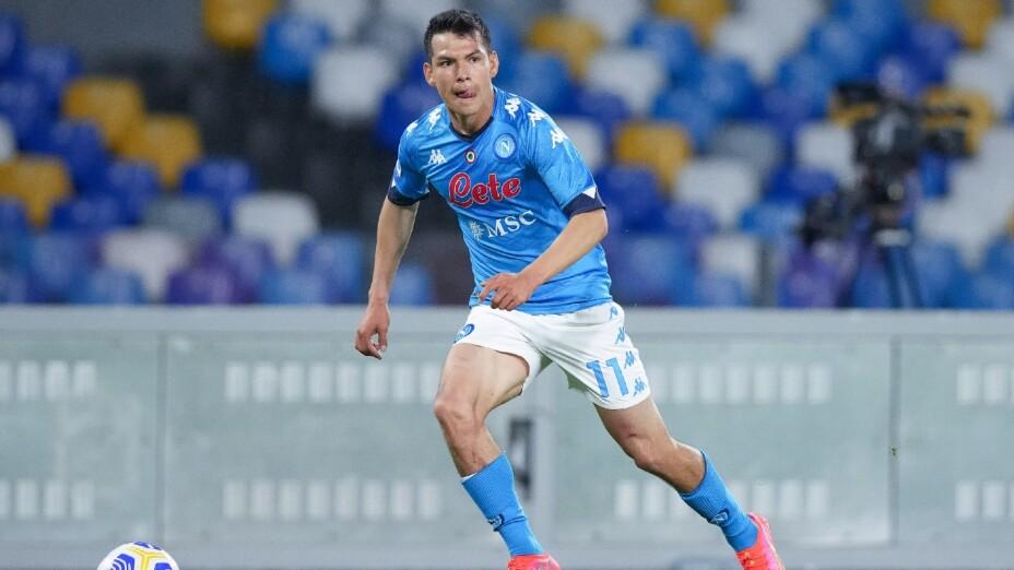 Lozano en un juego con el Napoli