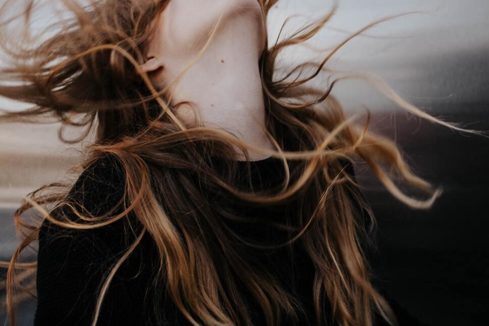 mujer con cabello largo en el aire