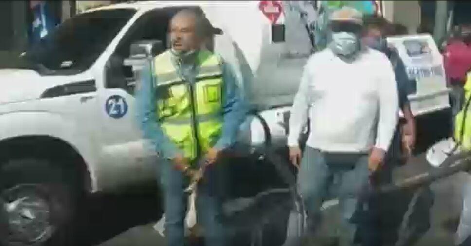 Hombre lanza gas