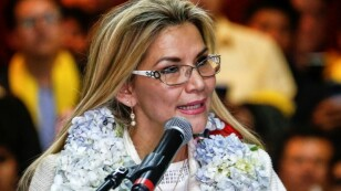 La presidenta interina de Bolivia Jeanine Añez habla durante una ceremonia para anunciar su nominación como candidata presidencial para la próxima votación del 3 de mayo en La Paz