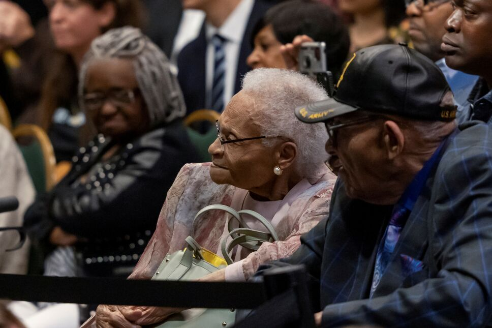 Los sobrevivientes y hermanos Viola Fletcher y Hughes Van Ellis escuchan al presidente estadounidense Joe Biden mientras se pronuncia sobre el centenario de los disturbios raciales de Tulsa durante una visita al Centro Cultural Greenwood, en Tulsa, Oklahoma.