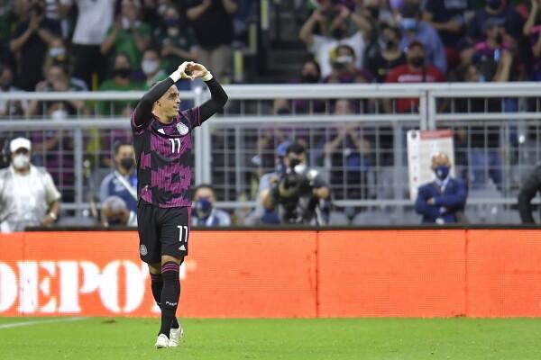 Rogelio Funes Mori festeja un gol con la Selección Mexicana