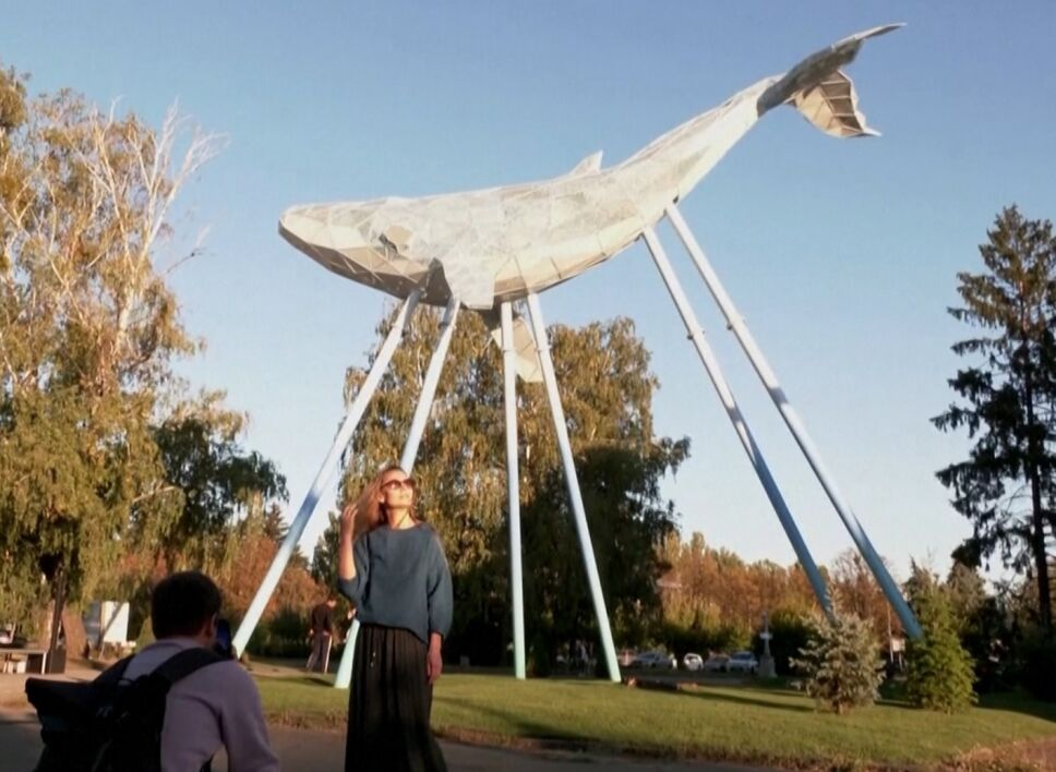 Una ballena hecha de basura reciclada adorna plaza en Ucrania.