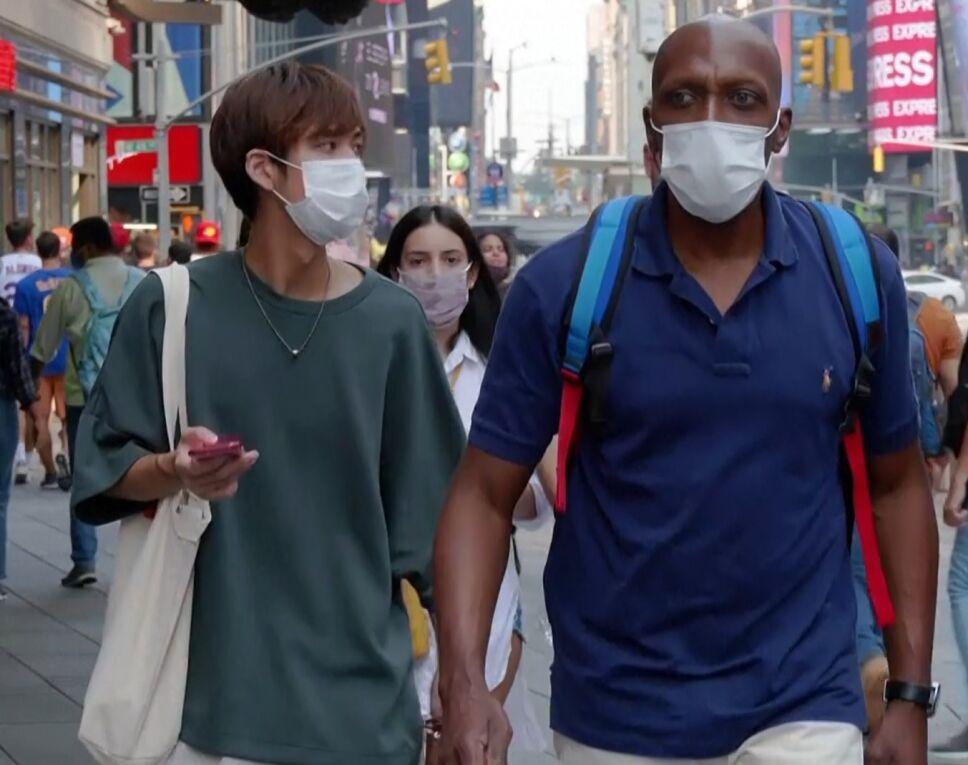 En Nueva York aceptan uso de cubrebocas en lugares cerrados.