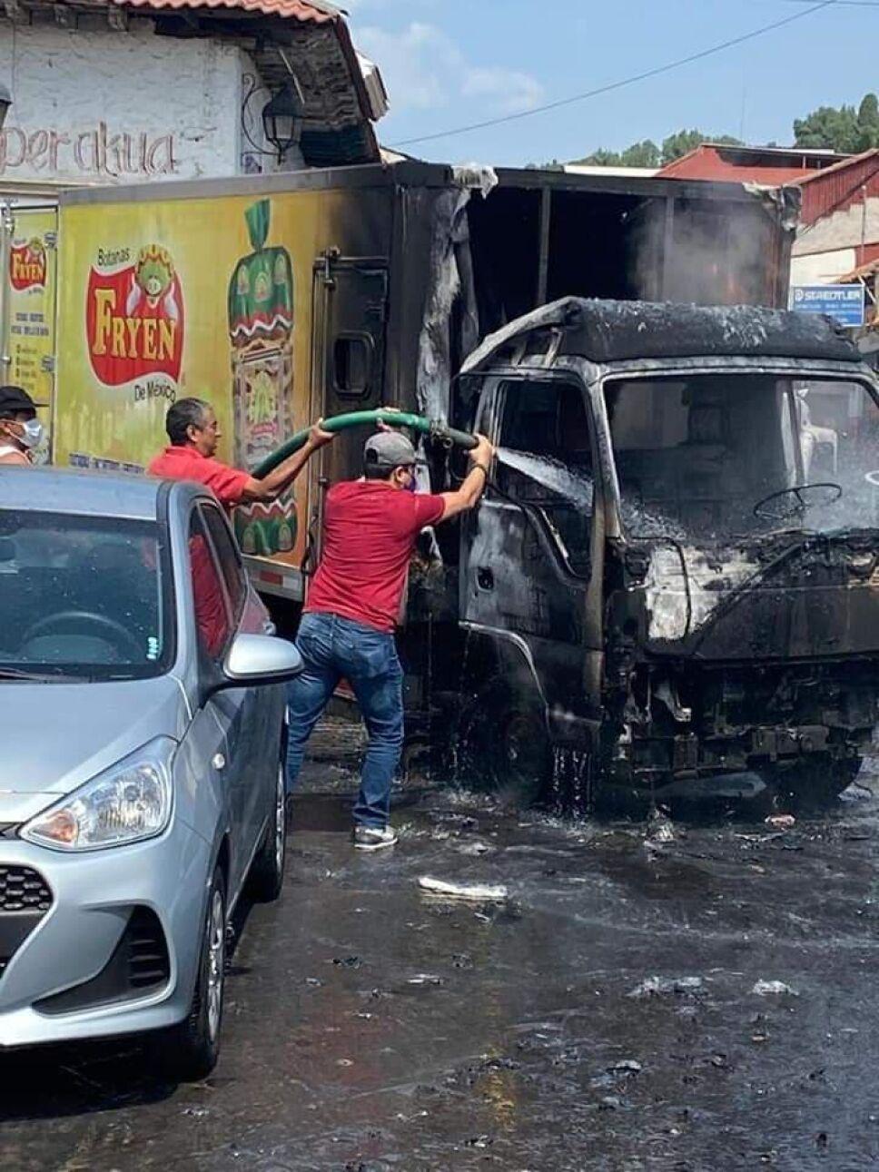 Bloqueos e incendio de vehículos en Uruapan (4).jpg