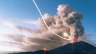 Se capta OVNI ingresando al Monte Asama