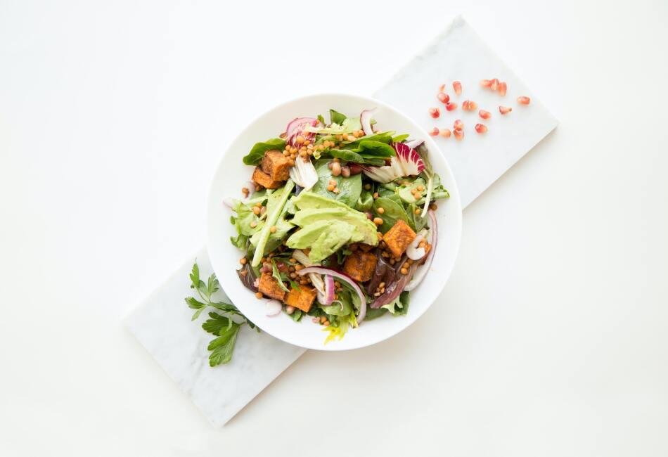 Mucha grasa. Quién no ama una gran ensalada con aguacate, ajonjolí, aderezo y cacahuates. ¿Todos? Pues esta combinación es muy poco saludable ya que contiene mucha, pero mucha grasa.