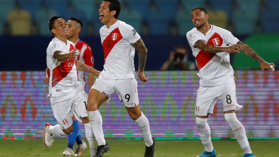 Jugadores de Perú celebran en la Copa América 2021